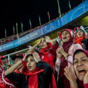 تندیس چشم طلا در دستان دختر ایرانی